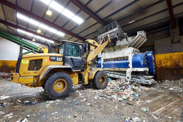 Convenient feeding of the Polaris 2800 with the wheel loader © Lindner